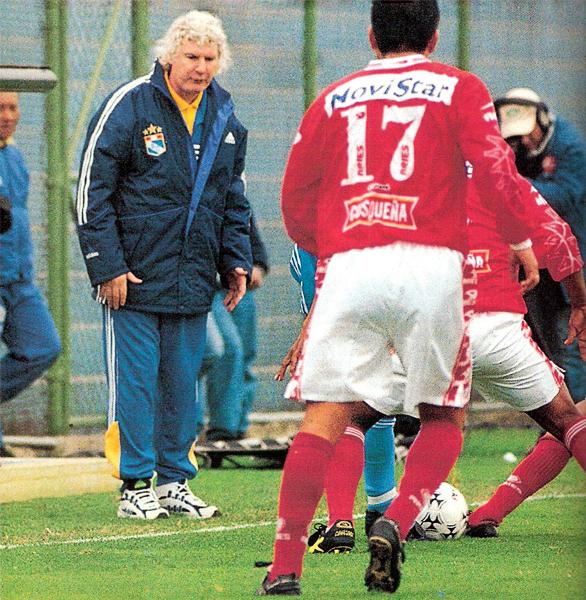 Rodolfo Motta el día en que obtuvo su peor resultado al frente de Cristal: la derrota 1-3 ante Cienciano en el Gallardo (Recorte: revista Don Balón Perú)