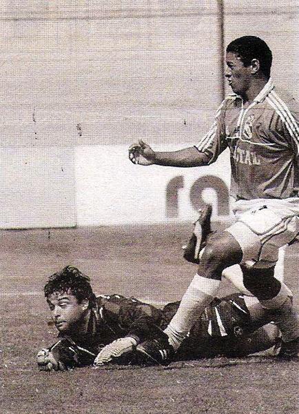 Alejandro Espinosa sufre el primer gol de Daniel Noriega en el fútbol peruano en la goleada de Cristal sobre UPAO (Recorte: diario El Comercio, suplemento Deporte Total)