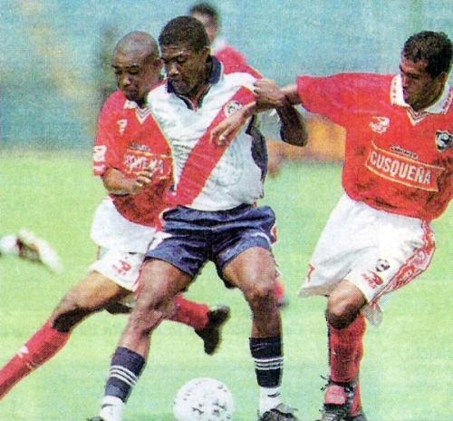 Paulo Zabárbulo pelea el balón con Óscar Rossel y William Matamba, la vez en que Cienciano superó por la mínima diferencia Municipal, en el estreno de la temporada 2000 (Recorte: diario Líbero)