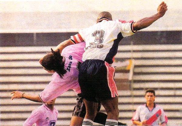 Tribunas desiertas coronaron lo desierto del marcador la vez que Municipal y Boys jugaron en Matute durante el Apertura 2000 (Recorte: revista El Gráfico Perú)