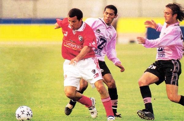 Mauricio Martínez se escapa de Carlos Lobatón y Fernando Calcaterra la vez que Boys perdió por 2-3 ante Cienciano en el Callao (Recorte: revista El Gráfico Perú)