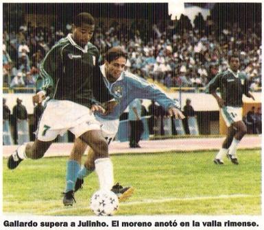 Rafael Gallardo elude a Julinho la tarde que Wanka venció 3-1 a Cristal por el Apertura 2000 (Recorte: revista El Gráfico Perú, Nº 74 pp. 59)