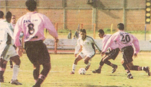 Rodrigo Gauna es marcado por varios jugadores de Sport Boys la vez que el cuadro rosado ganó 0-1 a Deportivo Wanka en 'La Incontrastable' por el Apertura 2000. (Recorte: diario Líbero)