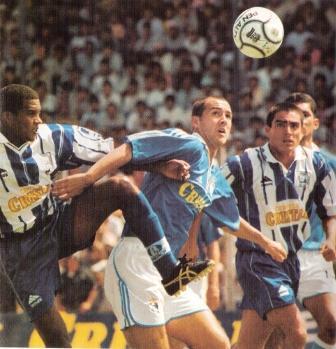 Roberto Silva a la carga del arco de Alianza Atlético la vez que marcó dos goles en Sullana por el Clausura 2000 (Recorte: revista El Gráfico Perú, Nº 87 p. 55)