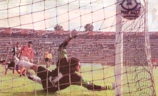 Gol de palomita de Ernesto Arakaki a Aurich en el Clausura 2000. Lo sufre el 'Loco' Hernández (Recorte: diario El Bocón)
