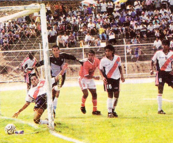 Carlos Silvestri nada puede hacer para cuidar su arco del gol de Néstor Rivera en el triunfo de Aurich sobre Municipal en el Clausura 2000 (Recorte: diario Líbero)