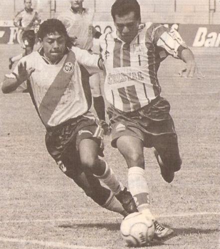 Alessandro Morán enfrenta a Marco Salinas la tarde en que Municipal perdió la categoría en Primera División frente a Alianza Atlético, en el Clausura 2000 (Recorte: diario El Comercio, suplemento Deporte Total)