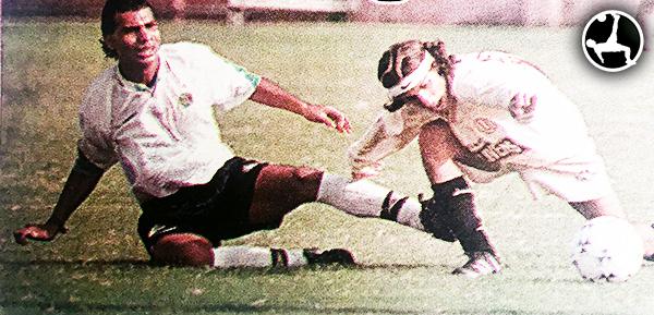 Carlos Orejuela en acción ante Lawn Tennis, con camiseta de América Cochahuayco, en la Segunda División 1999. (Recorte: diario Todo Sport)