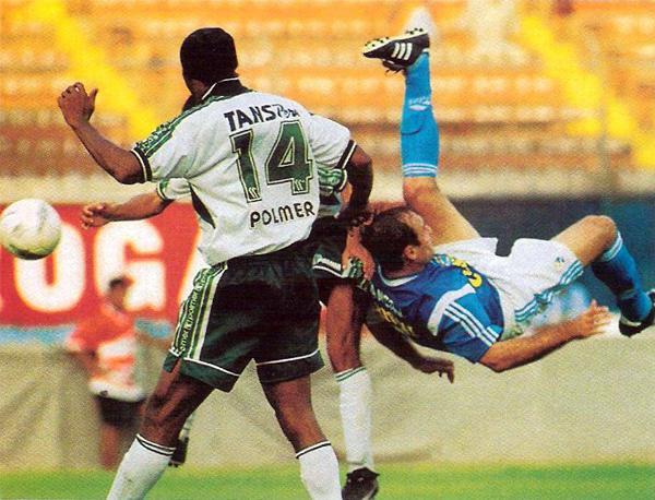 Con una particular gorra en la cabeza, Emeka Ezeugo empezó con el Wanka su deambular por el fútbol peruano (Recorte: revista El Gráfico Perú)
