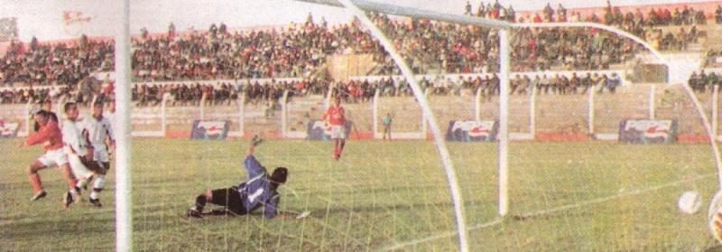 El último 5-0 de Cienciano fue en Juliaca ante Sport Coopsol, en 2001. Acá, el tanto que selló el vale en aquella jornada, obra del 'Loco' Mauricio Martínez. (Recorte: diario Líbero)