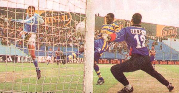 Roberto Silva anota por partida doble en el San Martín, la vez en que Cristal derrotó 3-1 a Unión Minas por el Apertura 2001 (Recorte: diario Líbero)