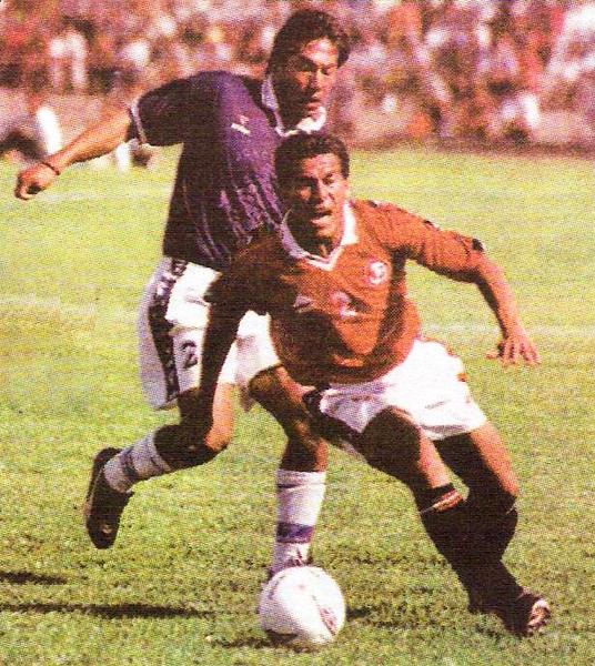 Frank Palomino frena con falta a Dúber Zapata la vez que Aurich le ganó en Ica a Estudiantes de Medicina en el Apertura 2001 (Recorte diario Líbero)