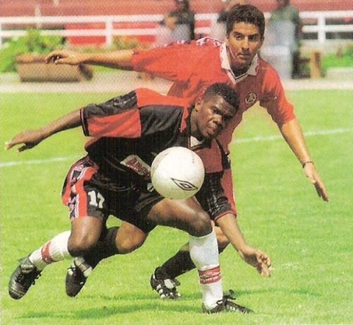 Carlos 'Barbacoa' Castillo es marcado por Juan Francisco Hernández en el Melgar 1 - Aurich 2 del Apertura 2001, en la UNSA. (Recorte: revista El Gráfico Perú)