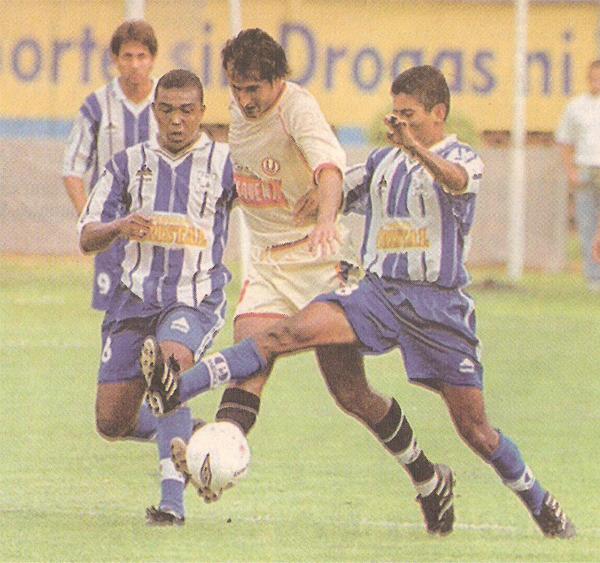 En 2001, Fernando Vergara arribó a Universitario y debutó en el Descentralizado ante Alianza Atlético, encuentro que culminó con victoria para los cremas por 2-0. (Recorte: diario Líbero)