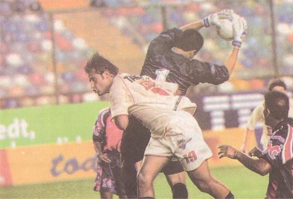 Su último partido en Universitario lo jugó en medio de duras críticas tras sus polémicas declaraciones a los medios chilenos. Ese día, la 'U' empató 0-0 con Sport Coopsol. (Recorte: diario Líbero)