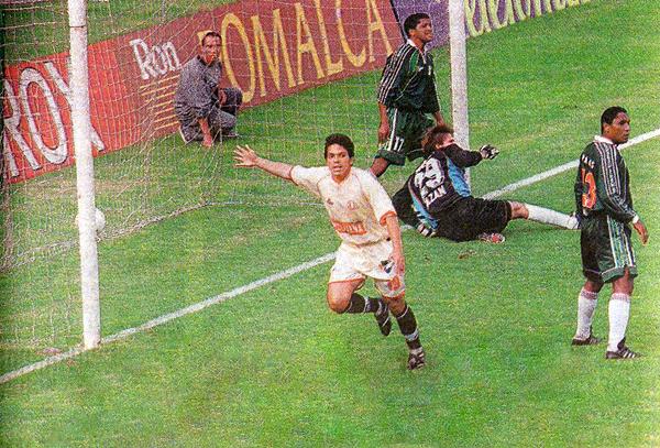 El único momento de gloria para Fernando Martínez en su paso por la 'U' llegó con este gol en el arco del Wanka (Recorte: Suplemento Deporte Total / diario El Comercio)