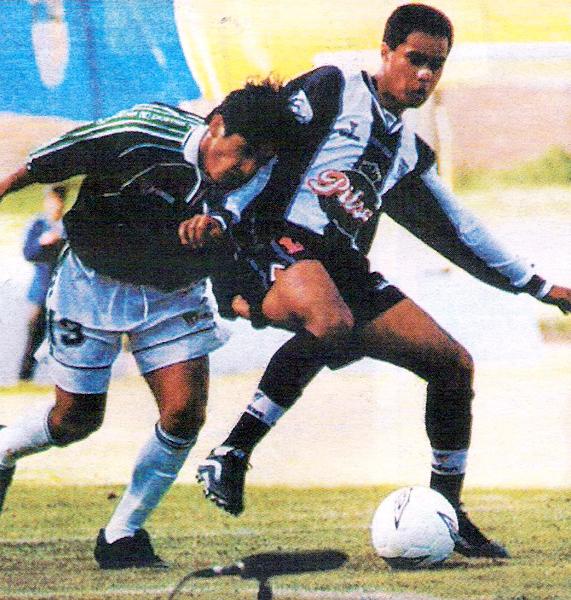 El 'Cabezón' Franco Mendoza se le va encima a Henry Quinteros que defiende la pelota en el empate a un gol entre Deportivo Wanka y Alianza en 2001 (Recorte: diario El Bocón)