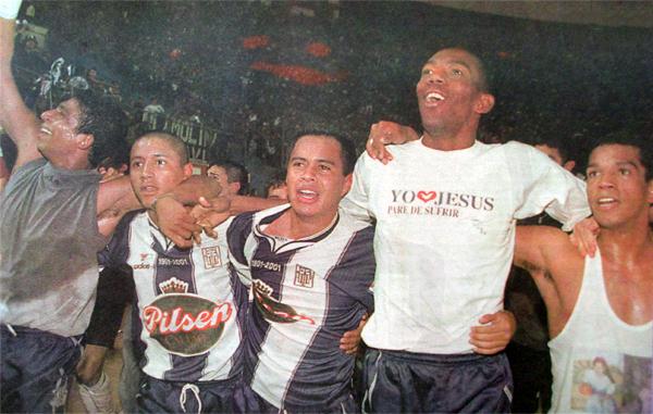 Alianza Lima celebra el título del Apertura 2001. La segunda mitad del año sería terrible para los blanquiazules. (Recorte: diario Líbero)