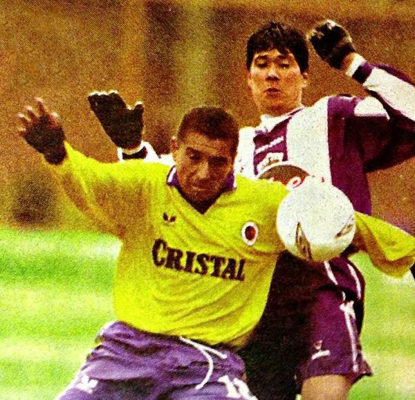Juan Montenegro y Wálter Vílchez disputan el balón en el último triunfo de Unión Minas en el Daniel Alcides Carrión (Recorte: diario Líbero)