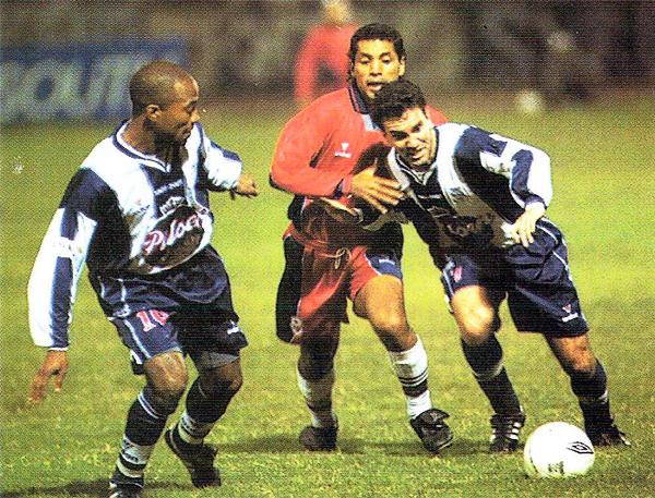 Alexis Ubillús intenta superar la marca de Juan 'Peluquita' Saavedra en el anterior 0-0 de Alianza contra un equipo trujillano (Recorte: revista El Gráfico Perú)