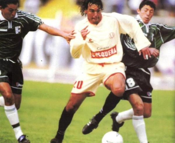 Marcando a 'Chemo' del Solar, con camiseta de Wanka, en el Clausura 2001. (Recorte: revista El Gráfico Perú)