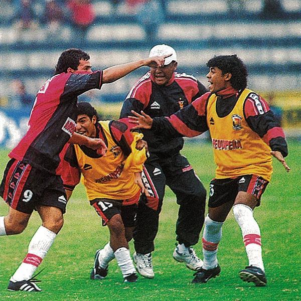 Melgar festeja el gol de la victoria con Alexis Aguirre a la cabeza (Recorte: revista El Gráfico Perú)