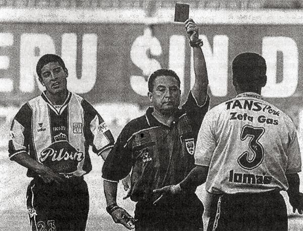 El día de su último partido no podía faltar su sello: una expulsión para Jorge Espejo que le reclama a José Arana por su expulsión (Recorte: diario El Comercio, suplemento Deporte Total)
