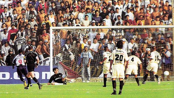 El día que el equipo crema sufrió un duro golpe en el Torneo Apertura fue éste, en Matute, cuando los íntimos vencieron con gol de la 'Foca' Roberto Farfán (Recorte: revista El Gráfico Perú)