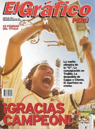 Julio de 2002: 'Chemo' del Solar, en sus épocas de indiscutible ídolo crema, alza la copa del Apertura tras empatar con Alianza en el Mansiche de Trujillo (Recorte: El Gráfico Perú, Nº 176 p.1)