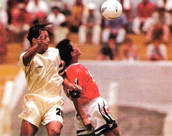 El inicio de la historia de Ángel Cappa con Universitario se dio en Chiclayo donde 'Chemo' Del Solar, que aquí disputa un balón por alto, le dio la victoria a su equipo (Recorte: revista El Gráfico Perú)