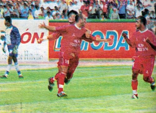 La imagen muestra a Bernardo Erli Settembrino, Chiquinho, festejando su última conquista en el fútbol peruano (Recorte: diario El Bocón)