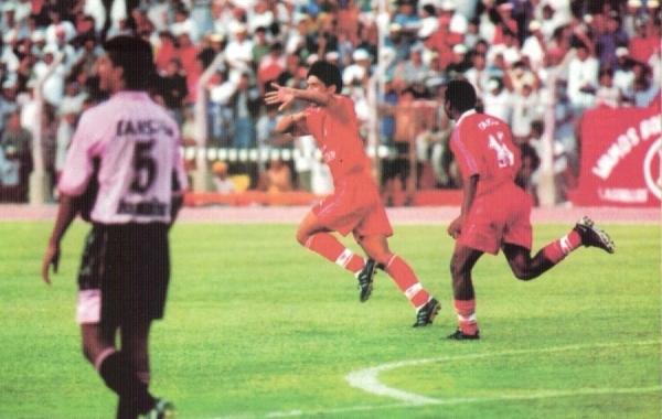 2002. Espectacular regreso a Primera con una volteada 3-2 a Boys, rubricada con este tanto festejado por Mostto (Foto: revista El Gráfico Perú)