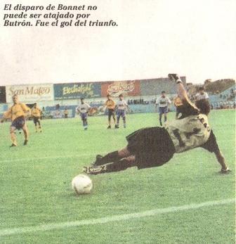 Luis Alberto Bonnet le anota de penal a Leao Butrón para que Cristal derrote 4-3 a Alianza Atlético por el Clausura 2002 (Recorte: diario Líbero, 12/05/02 p. 6)