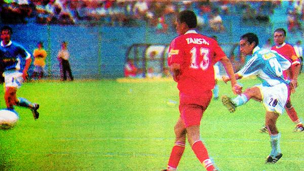 Gol de Renzo Sheput para Cristal, con Erick Torres en el equipo celeste, contra Bolognesi de Mario Flores. (Foto: El Bocón)
