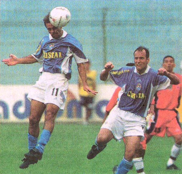 Julinho en acción la tarde en que anotó dos goles en el arco de Sport Coopsol y volteó el partido 2-1 para Cristal en el San Martín, en el Clausura 2002. (Recorte: diario El Comercio, suplemento Deporte Total)