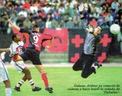 El 'Luifa' Artime se destacó en el fútbol peruano por su gran olfato de gol. Hasta ahora se lo recuerda con aprecio en Arequipa (Recorte: diario Líbero)