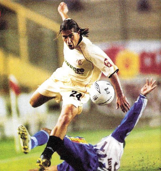 Separado por la directiva, la unión de sus compañeros le permitió al 'Nuno' Molina seguir en Universitario para darle la victoria frente a Alianza Atlético (Recorte: revista El Gráfico Perú)