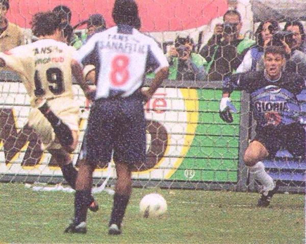 Penal errado por Martín Vilallonga en la final de ida del Apertura 2002. Ese mismo día, el argentino anotó en arco aliancista. (Recorte: diario El Comercio, suplemento Deporte Total)