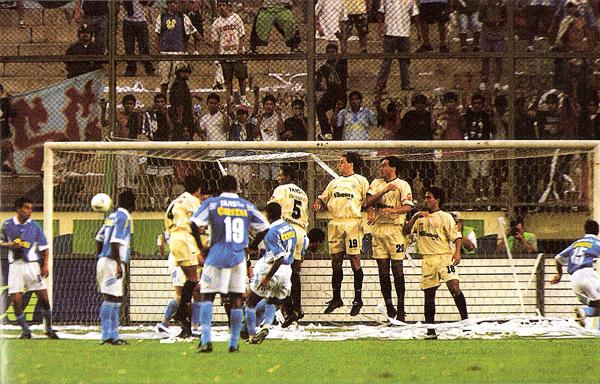 El momento cumbre del partido en el Monumental fue este, en el que un zurdazo de José Moisela acabó por sellar una gran victoria celeste (Recorte: revista El Gráfico Perú)