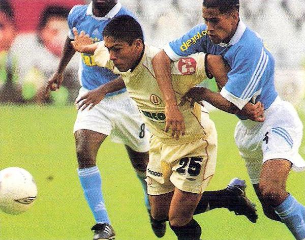 Por entonces en el equipo crema una de las figuras era el 'Cholito' Johan Sotil, quien en la imagen busca escaparse de la marca de José Moisela (Recorte: diario Líbero)