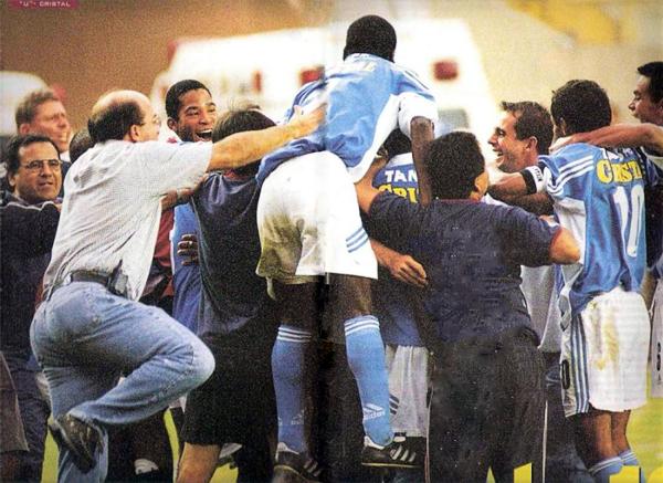 Con el 3-4 en el marcador todo el plantel, cuerpo técnico y hasta dirigentes rimenses, se sumaron al festejo de una gran victoria (Recorte: revista El Gráfico Perú)