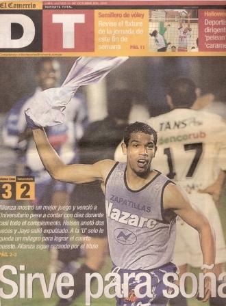 Roberto Holsen celebra uno de sus goles la noche que Alianza venció 3-2 a la 'U' por el Clausura 2002 (Recorte: diario El Comercio, suplemento Deporte Total, 31/10/02 p. 1)