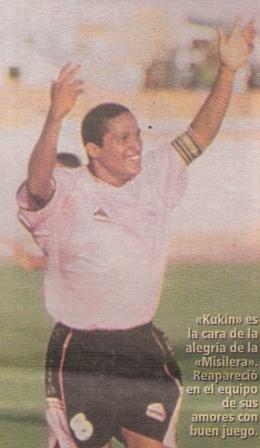 El día de su regreso en 2002, festejando el triunfo rosado en Tacna sobre Bolognesi (Recorte: diario El Bocón, 15/07/02 p. 12)