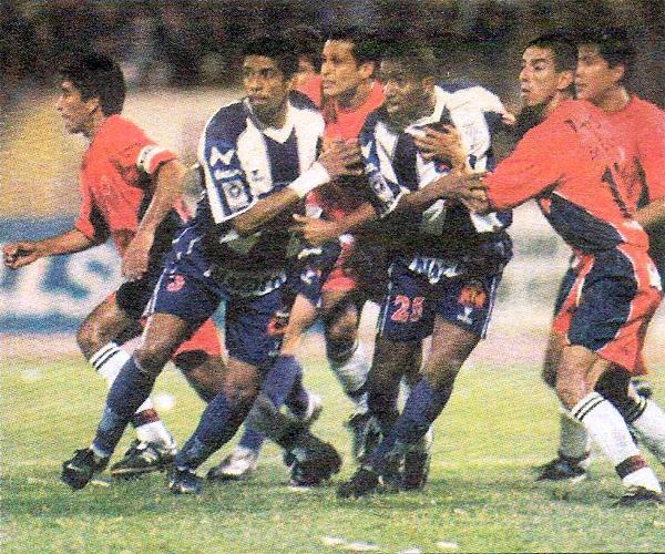 Con José Soto como jugador y la 'Foquita' Farfán aún en el equipo, Alianza consiguió en 2002 su anterior goleada como visitante sobre Coopsol vistiendo el color morado (Recorte: diario El Bocón)