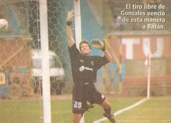 Francisco Bazán no puede contener el tiro libre de Renzo Gonzales, el cual selló el 1-1 entre la 'U' y Estudiantes de Medicina en Lima, por el Clausura 2002 (Recorte: diario El Bocón)