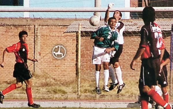 Manuel Riofrío despeja el balón con los puños ante un Miñan que intenta ganar por arriba. (Recorte: diario El Bocón)