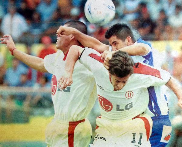 Juan Francisco Hernández carga sobre el 'Charapa' Hernán Rengifo y Álvaro Pintos, con el '11', en el partido que Alianza Atlético empató a un gol con Universitario (Recorte: diario Líbero)