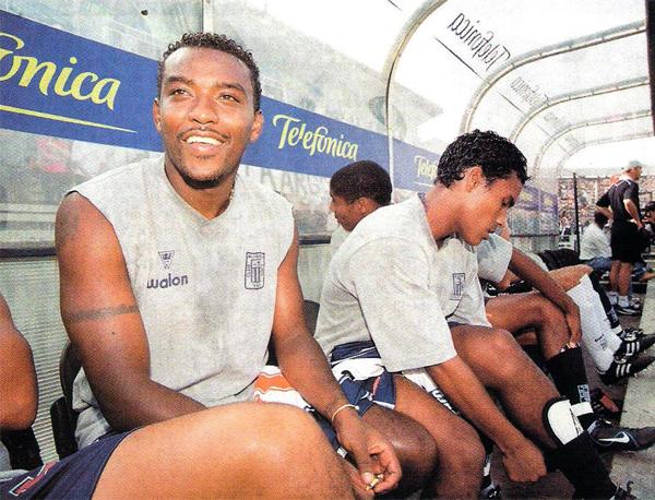 Édison Mafla en el Alianza Lima - Universitario por el Apertura 2002. (Recorte: revista El Gráfico Perú)
