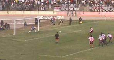 El disparo de penal de Jair Yglesias va rumbo al arco pero no para convertirse en un gol rosado (Foto: archivo DeChalaca.com)