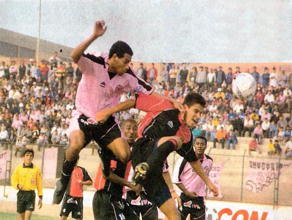 Piero Alva le gana por lo alto a Sandro Gamarra en el primer 1-1 entre Boys y Melgar en el Callao que tuvo, justamente, a ambos como los anotadores (Recorte: diario El Bocón)